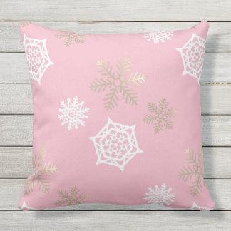 Coussin flocons de neige d'or et blancs contre pâle - rose