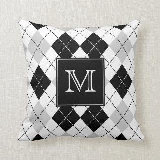 Coussin Jacquard noir et blanc gris décoré d'un monogramme