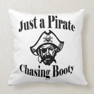 Coussin Juste un pirate chassant le double de butin a