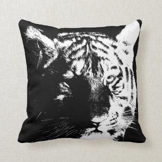 Coussin Le tigre sauvage noir et blanc observe l'art de