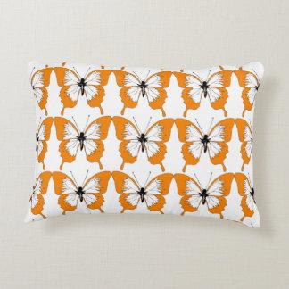 Coussin orange et blanc de papillon