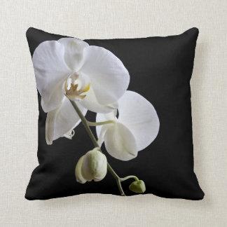 Coussin Orchidées blanches sur le carreau noir