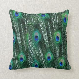 Coussin paons verdâtres ouvrant des plumes