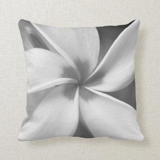 Coussin Plumeria - macro portrait noir et blanc