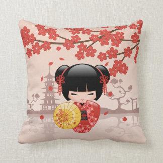 Coussin Poupée rouge de Sakura Kokeshi - geisha japonais