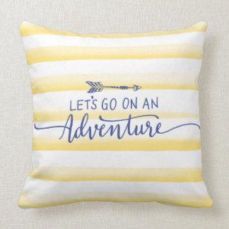 Coussin Rayures jaunes d'aquarelle et citation d'aventure