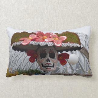 Coussin Rectangle Madame squelettique avec des fleurs sur le