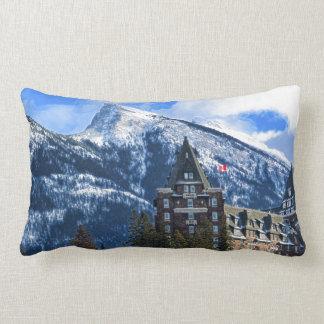 Coussin Rectangle Mt Rundle et hôtel célèbre, Banff, Alta, Canada