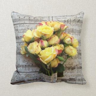 Coussin Roses jaunes sur le vieux carreau de musique