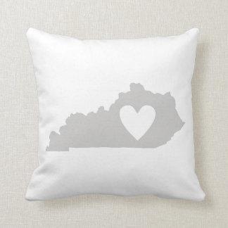 Coussin Silhouette d'état du Kentucky de coeur