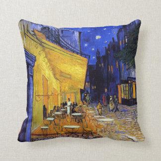 Coussin Terrasse de café par Vincent van Gogh