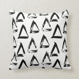 Coussin Triangle géométrique de Bohème moderne noire et