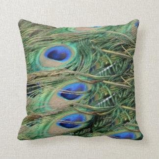 Coussin Yeux bleus de plume de queue de paon avec la