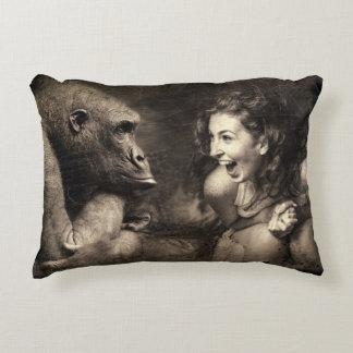 Coussins Décoratifs Femme faisant le gorille rire