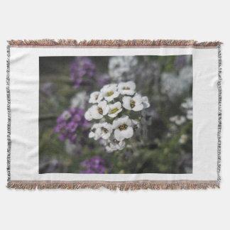 Couverture laineuse de fleurs pourpres et blanches