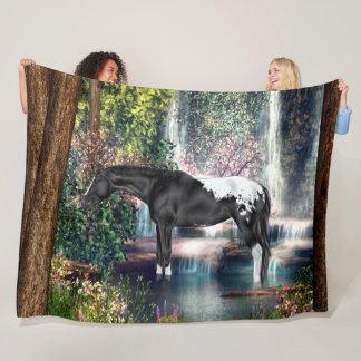 Couverture Polaire Arrière - plan noir de cascade de cheval