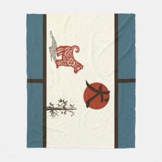 Couverture Polaire Chien de kanji sur le bleu barré