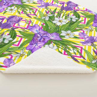 Couverture Sherpa Fleurs pourpres d'iris et de narcisse sur un b