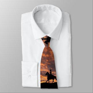 Cowboy dans la cravate de coucher du soleil