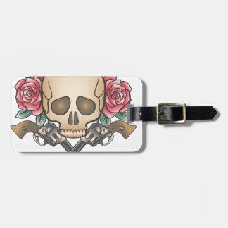 crâne avec les armes à feu vintages et les fleurs étiquette à bagage