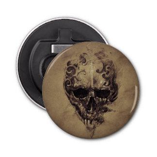 Crâne de tatouage au-dessus de papier vintage décapsuleur
