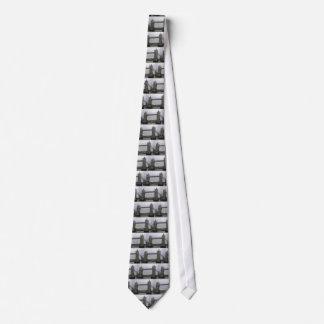 Cravate avec le pont de tour au-dessus de la