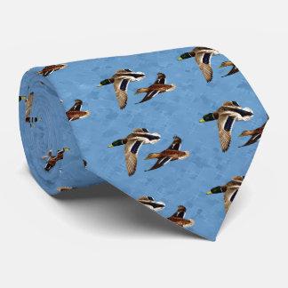 Cravate Canards de Mallard pilotant le bleu de ciel