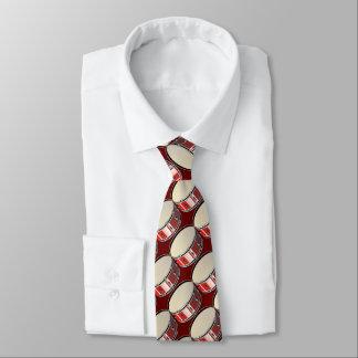 Cravate carrelée rouge de motif de tambour bas