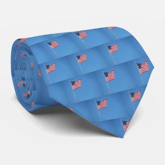 Cravate Drapeau carrelé des Etats-Unis contre le ciel bleu