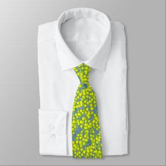Cravate modelée par fleur jaune de mimosa d'acacia