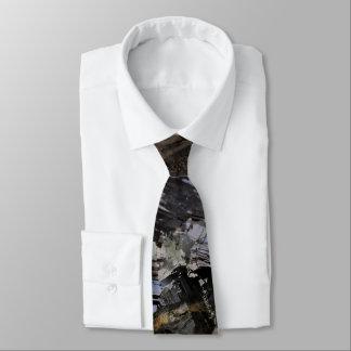 Cravate noire masculine de la terre rocailleuse