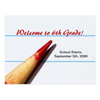 Crayon rouge de professeur sur le papier rayé de carte postale