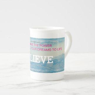 Croyez, tasse de porcelaine tendre
