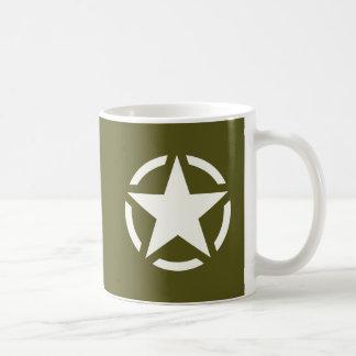 Cru de pochoir d'étoile sur le vert kaki mug