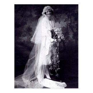 Cru épousant la jeune mariée carte postale