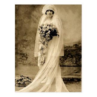 Cru épousant une jeune mariée carte postale