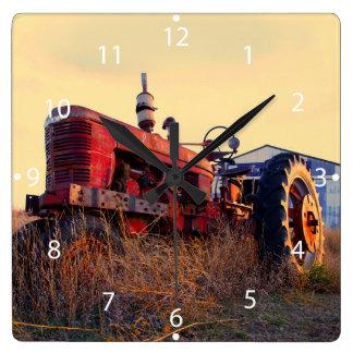 cru rouge de machine de vieux tracteur horloge carrée