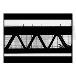 Cyclistes sur le pont - carte de voeux noire et