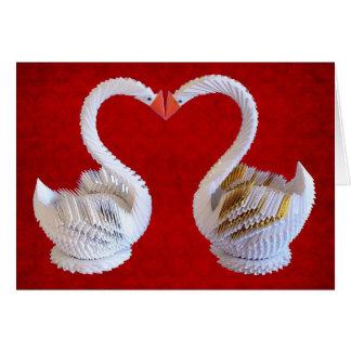 Cygnes d'origami dans l'amour avec le coeur carte