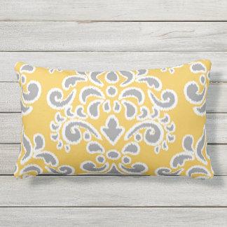 Damassé florale d'Ikat grise et jaune Coussin D'extérieur