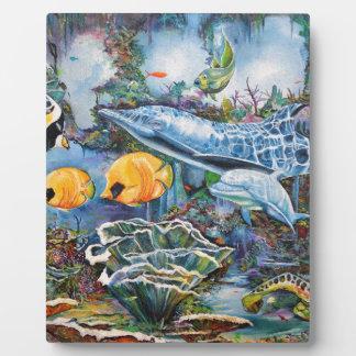Dauphin coloré et poissons tropicaux plaque photo