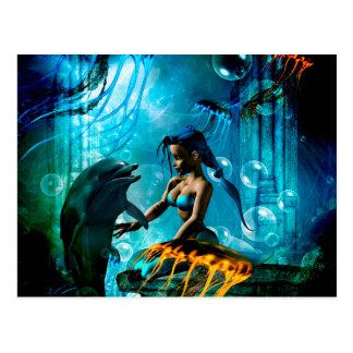 Dauphin drôle jouant avec la sirène mignonne carte postale