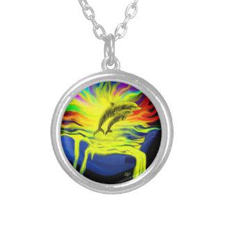 Dauphins au soleil avec la main collier