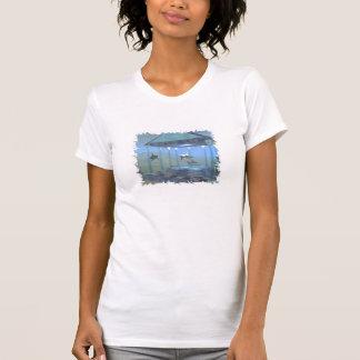 Dauphins sous le T-shirt de l'eau