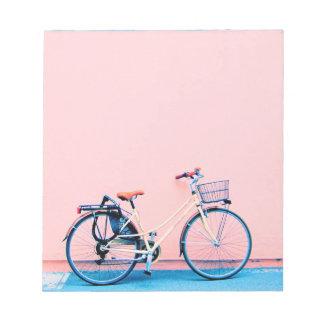 De blauwe Roze Wielen van de Fiets van de Mand van Notitieblok
