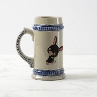 De houblon mignon le lapin noir de bande dessinée chope à bière