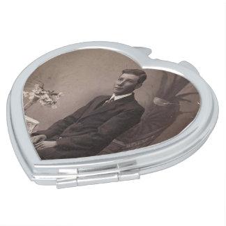 De passende Compacte Spiegel van het Vintage Hart Make-up Spiegeltje