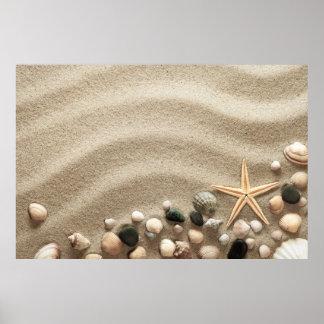 De zandige Achtergrond van het Strand met Shells Poster