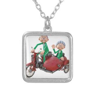 Des couples plus anciens sur un vélomoteur avec le collier