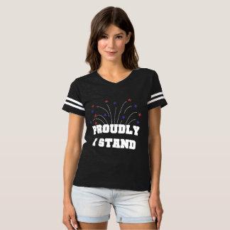 Des étoiles fièrement je tiens le T-shirt foncé